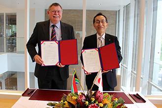署名した協定書を披露する大野総長(右)とGreen教授(左).jpg