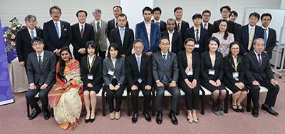 大野総長を囲む奨学生と出席者.jpg