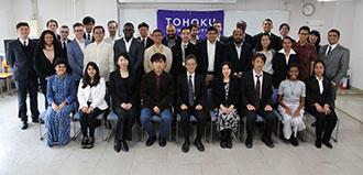 開講式に出席した研修生と教員.jpg